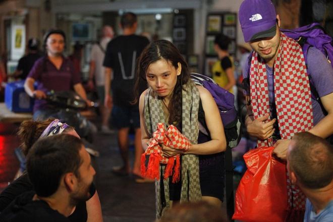 Huong Giang Idol lot ao dung my nhan ke hinh anh 3 Đội Tím bán khăn trong nước mắt.