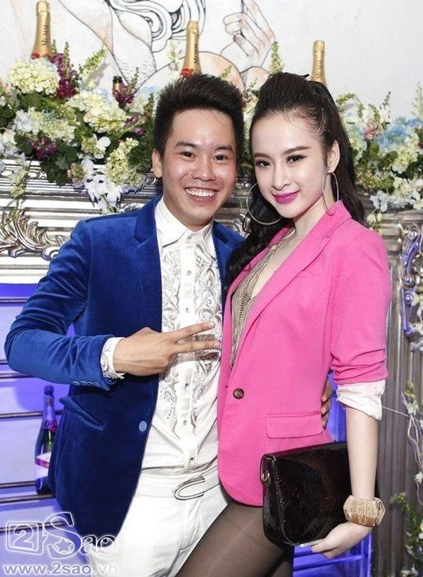 Angel Phương Trinh mặc áo quá ngắn và quần cũng quá ngắn dẫn tới việc khó xử khi đứng chụp ảnh.