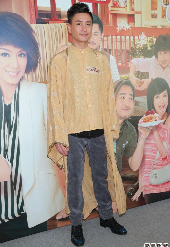 Nhung bo trang phuc kho do cua Huynh Tong Trach hinh anh 8