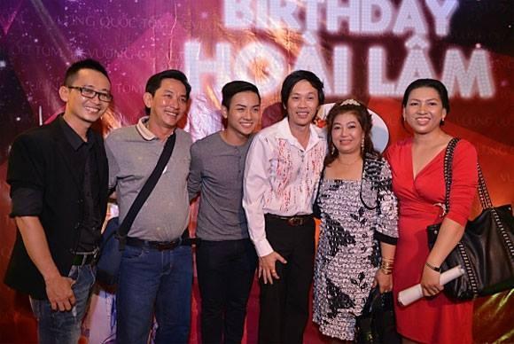 Nhung sao Viet thang hoa nho su ung ho cua me hinh anh 5 Hoài Lâm cũng đã từng bị bắt gặp đi ăn cùng bố mẹ sau đêm nhạc diễn ra ở phòng trà.