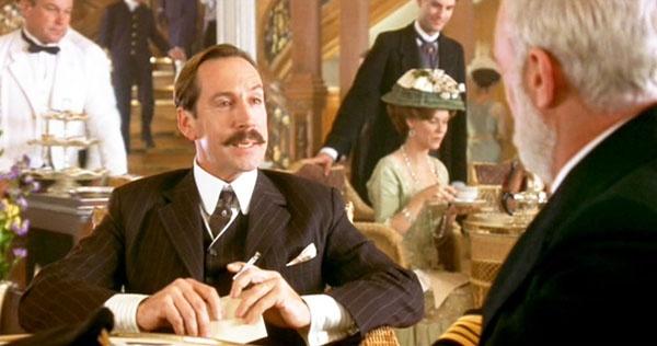 Dan sao Titanic gio di dau, ve dau? hinh anh 16  Jonathan Hyde trong vai Bruce Ismay, gã người Anh giàu có hợm hĩnh đã bảo thuyền trưởng Smitch bật 4 nồi hơi, tăng tốc tàu và dẫn đến tai nạn va vào băng đáng tiếc. Gã còn được tả như một kẻ hung bạo, dám xô đẩy trẻ em, phụ nữ để giành suất lên tàu cứu hộ.