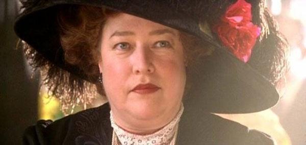 """Dan sao Titanic gio di dau, ve dau? hinh anh 19 Kathy Bates trong vai Margaret """"Molly"""" Brown. Bà Brown thuộc tầng lớp """"giàu mới nổi"""" (new money) và không được lòng nhiều người vì không có cung cách """"cao sang quyền quý"""". Nhưng cũng chính thế mà bà rộng lòng với người khác hơn: cho Jack mượn bộ vest đẹp để dự bữa tối, đề nghị cho thêm người vào thuyền cứu hộ."""