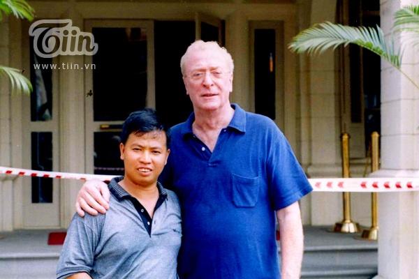 Ven man bi mat nghe dien vien dong the hinh anh 1 Anh Lữ Đắc Long (trái) chụp ảnh cùng diễn viên nổi tiếng Micheal Caine - người từng 2 lần đoạt giải Oscar
