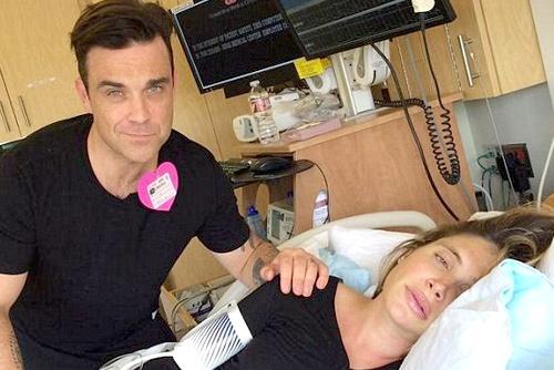 Robbie Williams hat mua trong phong de co vu vo sinh hinh anh