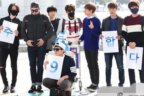 Super Junior cat banh mung sinh nhat 9 tuoi giua san bay hinh anh