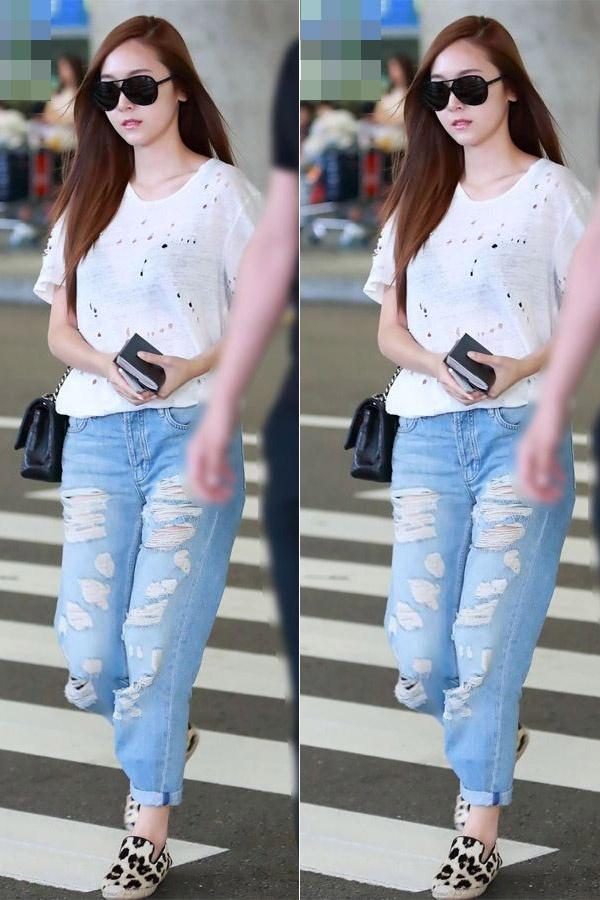 Sao Han ca tinh voi jeans rach hinh anh 2 Jessica vô cùng dễ thương khi khoác lên mình jean rách dáng thụng kết hợp  áo phông trắng và giày bệt họa tiết da báo bắt mắt.