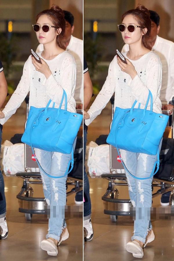 Sao Han ca tinh voi jeans rach hinh anh 3 Sung Yuri nổi bật với áo đục lỗ và jean rách. Túi màu xanh, giày đế bệt trắng càng  khiến cô thêm rạng rỡ ở sân bay.