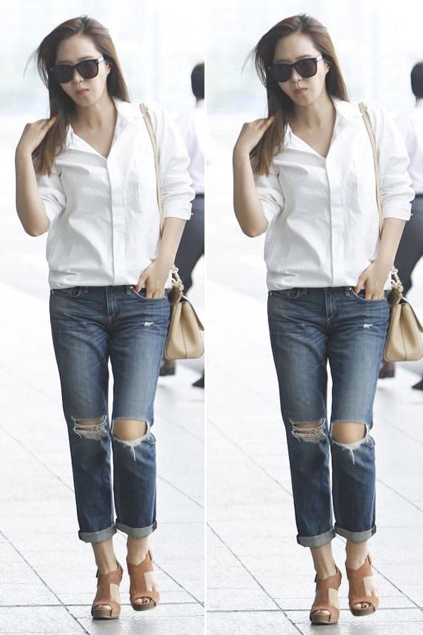 Sao Han ca tinh voi jeans rach hinh anh 4 Yuri là một trong những người đẹp rất chuộng jean rách. Kiểu kết hợp jean rách ngang đầu gối với áo sơ mi trắng vừa thanh lịch lại cá tính.