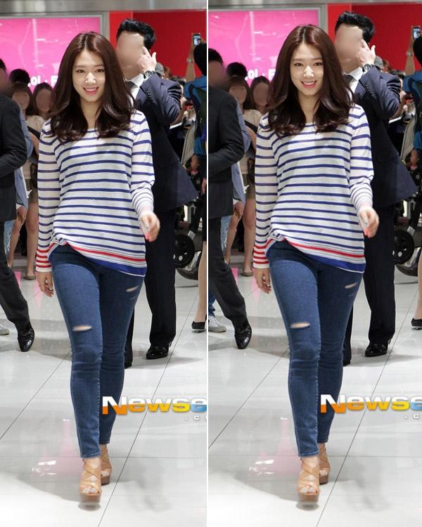 Sao Han ca tinh voi jeans rach hinh anh 9