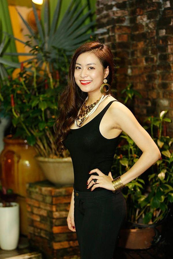 5 yeu to giup Hoang Thuy Linh 'len doi' thoi trang hinh anh 6 Thời trang sự kiện của Hoàng Thùy Linh trước kia khá nhàm tẻ, thậm chí có lúc rất có vấn đề như thế này.