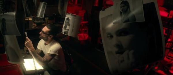 Khan gia doi 'dep loan' video ca nhac bao luc, goi duc hinh anh 2 Adam Levine trong MV Animals