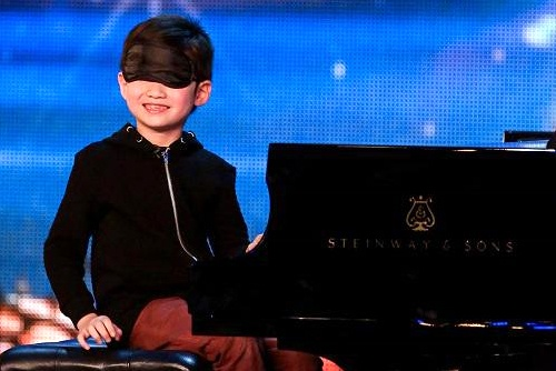 Be 7 tuoi bit mat choi dan gay an tuong Britain's Got Talent hinh anh