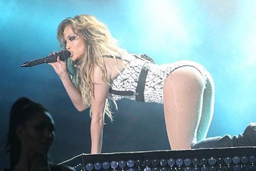 Jennifer Lopez bi phan doi vi trang phuc sexy hinh anh