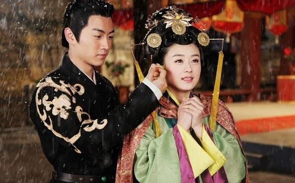 Triệu Lệ Dĩnh thực sự vươn lên hàng ngôi sao đình đám sau vai nữ chính Lục Trinh trong bộ phim truyền hình Lục Trinh truyền kỳ. Sau tác phẩm này, cô bị đồn là có