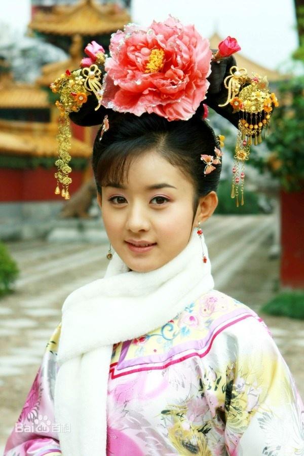 Năm 2011, sau một thời gian dài nỗ lực, Triệu Lệ Dĩnh bắt đầu gặt hái thành công khi  được chọn thể hiện vai Tịnh Nhi cách cách trong dự án đình đám Tân Hoàn Châu  Cách Cách. Diễn xuất của người đẹp được khán giả đánh giá cao. Không chỉ  có vậy, cô còn được khen là nổi bật hơn cả dàn diễn viên chính.
