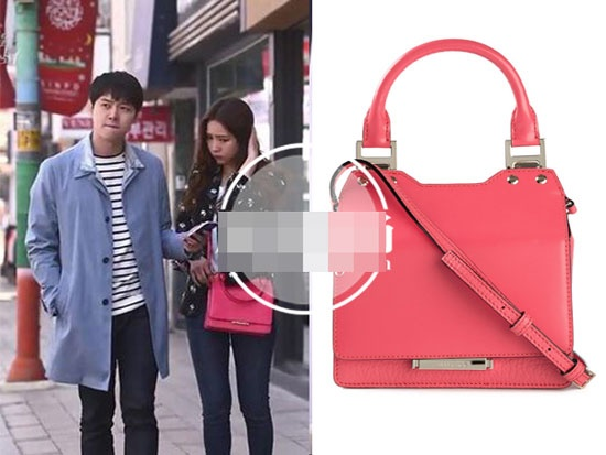 Boc gia hang hieu cua my nhan Han trong phim hinh anh 10 Shin Se Kyung bắt mắt hơn nhờ chiếc túi hồng đáng yêu hiệu Jimmy Choo với giá khoảng hơn 23 triệu đồng.