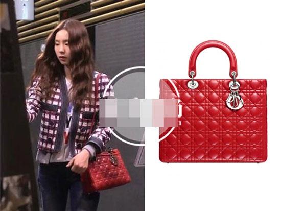 Boc gia hang hieu cua my nhan Han trong phim hinh anh 2 Túi Dior đỏ rực rỡ kiểu dáng sang trọng có giá khoảng 68 triệu đồng.