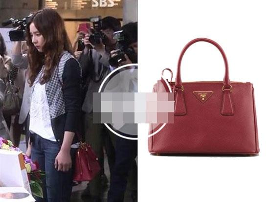 Boc gia hang hieu cua my nhan Han trong phim hinh anh 6 Nữ diễn viên năng động với quần jeans, áo khoác lửng và túi đỏ Prada  có giá khoảng 40 triệu đồng.
