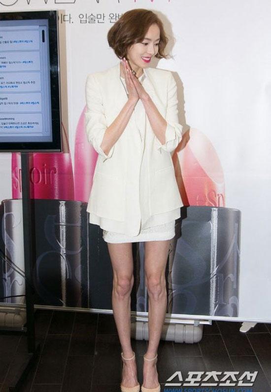 Lee Da Hee để lộ đôi chân gầy trơ xương.