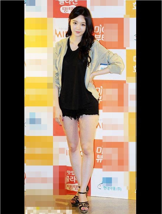 Kang Min Kyung sở hữu cặp đôi thô kệch.