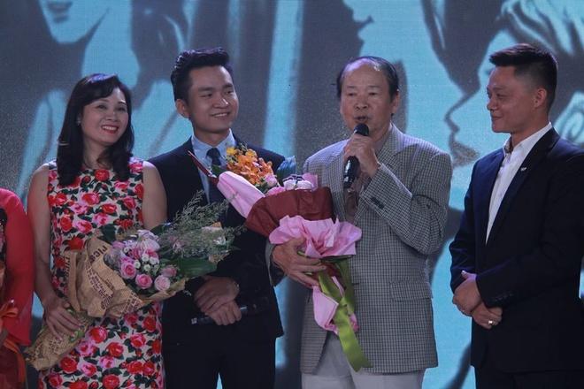 BTV Nhat Le tung phai duoi ga phuc vu ghi hinh hinh anh 2