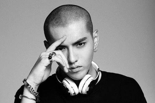 Anh Kris (EXO) xuat hien tai Quang truong Thoi dai New York hinh anh
