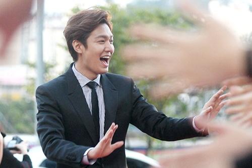 Lee Min Ho hon ho tren tham do le trao giai phim Seoul hinh anh