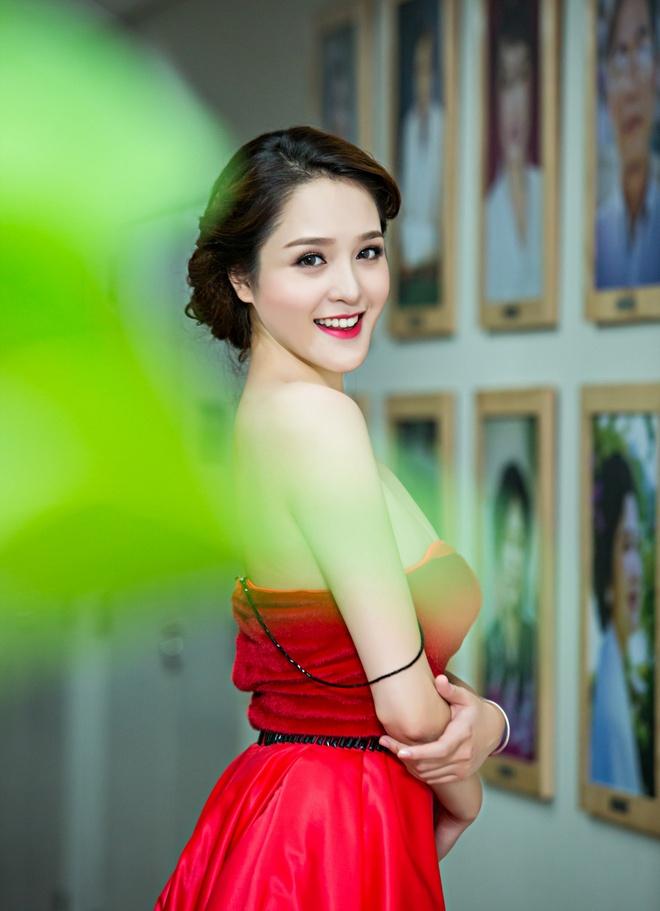 A hau Hoang Anh mac vay tre nai, khoe vai tran hinh anh 2