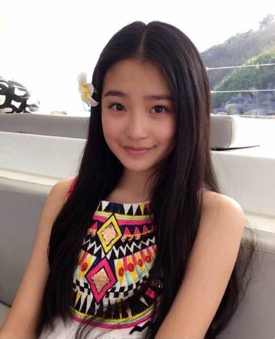 Sao nhi Hoa ngu ngay ay - bay gio hinh anh 13 Dù mới 13 tuổi nhưng Sài Úy đã trở thành một thiếu nữ xinh xắn. Cô được coi  là tiểu mỹ nhân của làng giải trí Hoa ngữ.