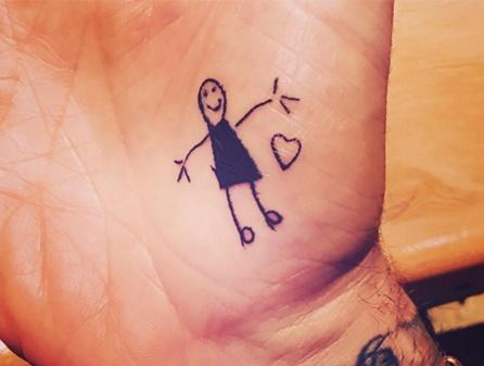 David Beckham xam hinh ve cua con tren tay hinh anh