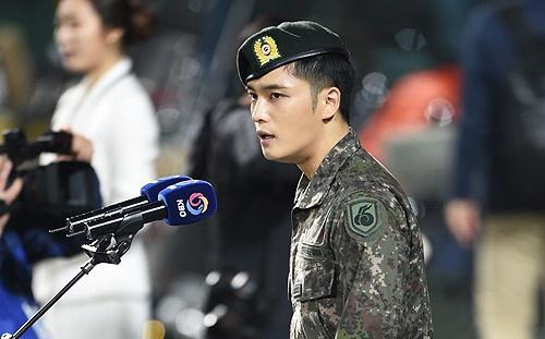 Jae Joong bi chi trich dung dong ho dat tien trong quan ngu hinh anh 1
