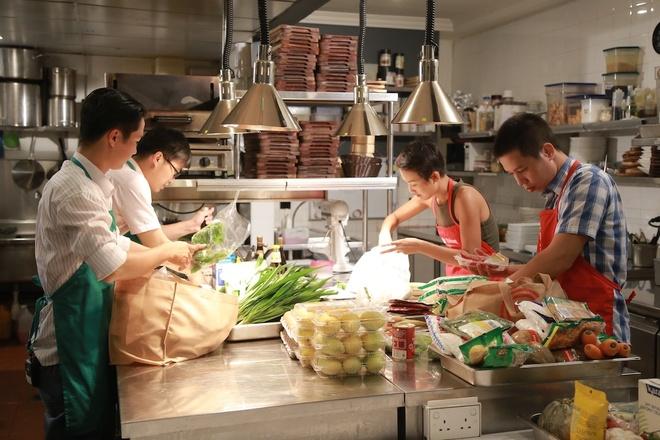 Top 4 Vua dau bep khau chien o Singapore hinh anh 3 Ở phần thi này, 2 đội thi tiếp quản căn bếp của nhà hàng Halia sang trọng ở khách sạn Raffle Singapore, thực hiện 3 món ăn thể hiện nét đặc trưng của đảo quốc sư tử. Với 90 phút hoàn thành, đây là một trong những thử thách khốc liệt nhất của Vua đầu bếp.
