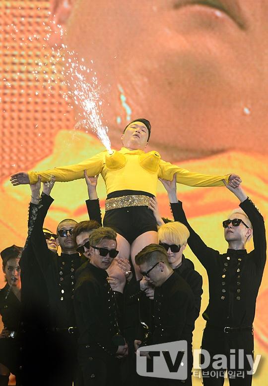 Psy gay choang voi man ban phao sang bang nguc gia hinh anh 4
