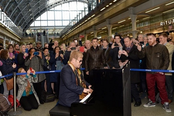 Elton John choi dan o ga, gay bat ngo cho nguoi dan London hinh anh