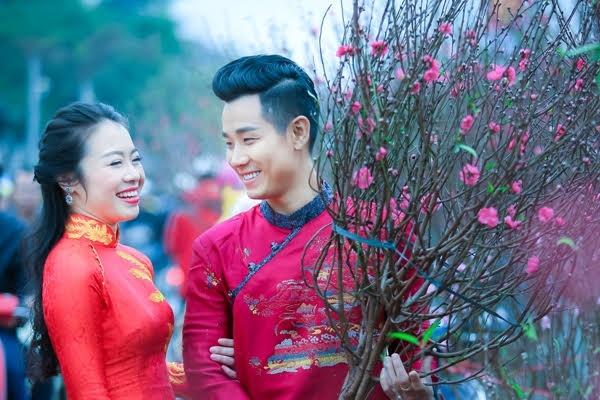Nguyen Khang dien ao dai di mua hoa o Ha Noi hinh anh