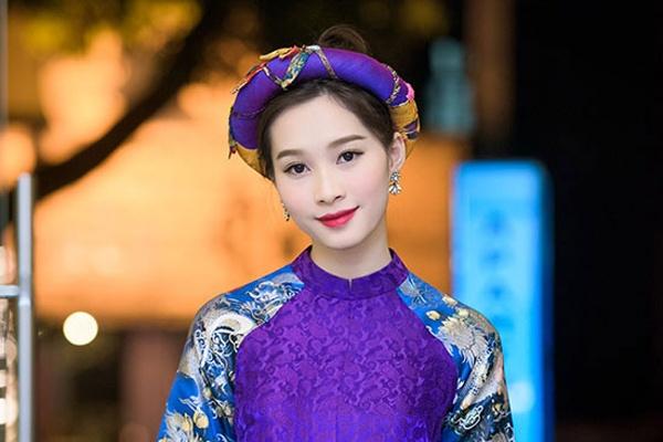 My nhan Viet lang xe xu huong vay ao gam tinh te hinh anh