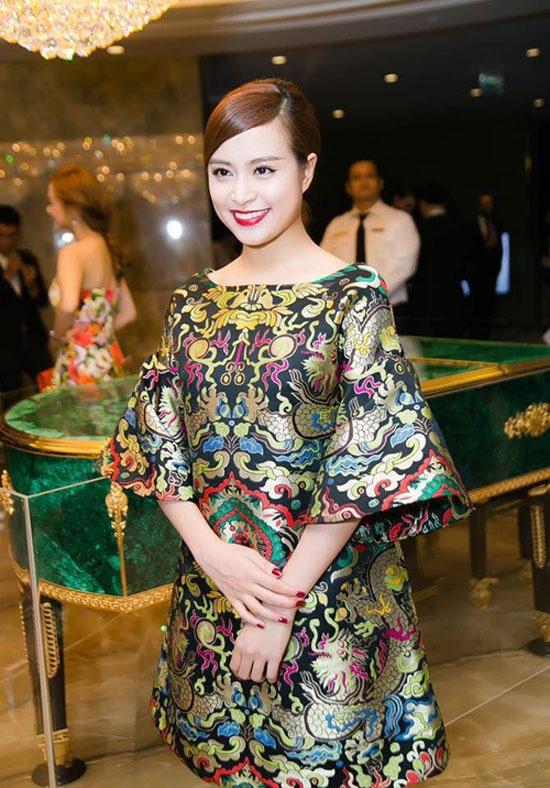My nhan Viet lang xe xu huong vay ao gam tinh te hinh anh 1