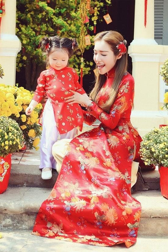 My nhan Viet lang xe xu huong vay ao gam tinh te hinh anh 8