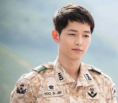 Song Joong Ki ngoai doi khac xa trong 'Hau due mat troi' hinh anh 1