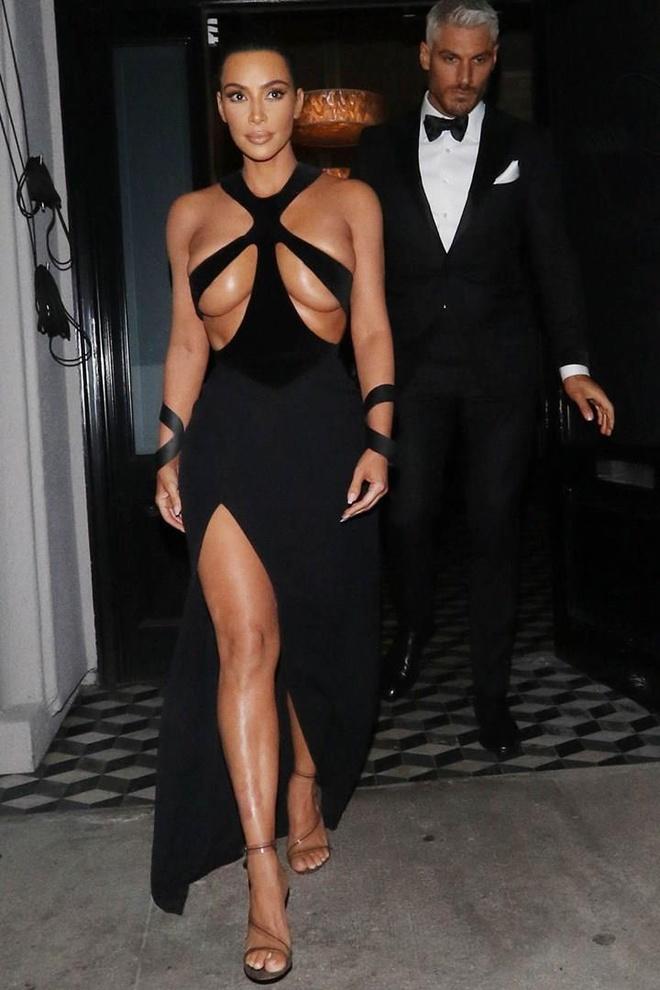 Kim Kardashian va nhung lan khoe than qua da khi xuong pho hinh anh 3