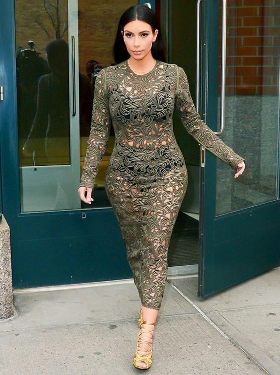 Kim Kardashian va nhung lan khoe than qua da khi xuong pho hinh anh 6