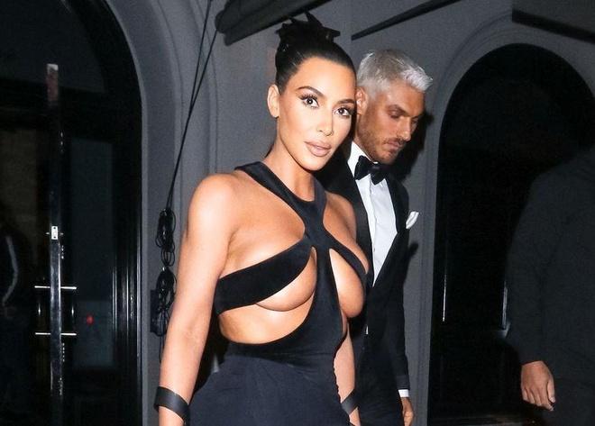 Kim Kardashian va nhung lan khoe than qua da khi xuong pho hinh anh 2