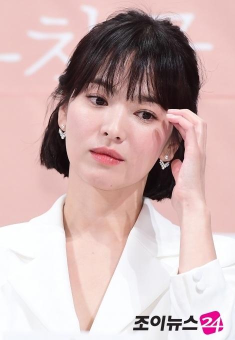 Song Hye Kyo huy tham du su kien de tuong nho Sulli hinh anh 2