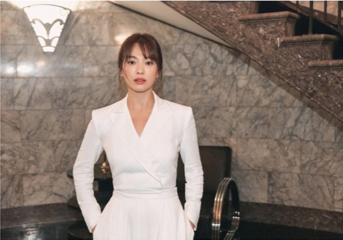 Song Hye Kyo huy tham du su kien de tuong nho Sulli hinh anh 1