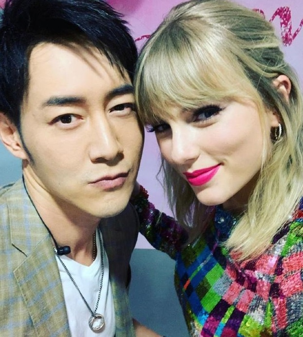 MC Trung Quoc dang anh chup cung Taylor Swift sau su co dung cham hinh anh 1