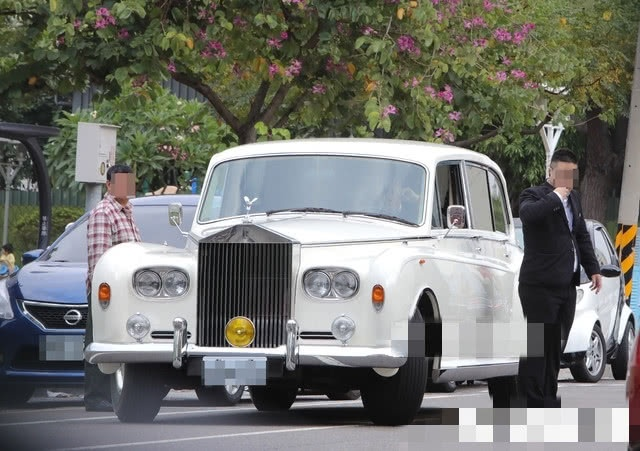 Xuat hien xe Rolls-Royce, Bentley trong le cuoi Lam Chi Linh hinh anh 1