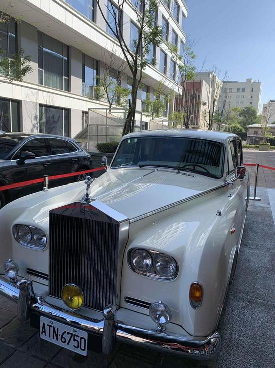 Xuat hien xe Rolls-Royce, Bentley trong le cuoi Lam Chi Linh hinh anh 2