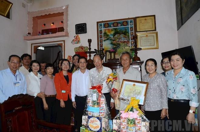 Lãnh đạo TP.HCM thăm người cao tuổi hồi tháng 6. Ảnh:Thành ủy TP.HCM.