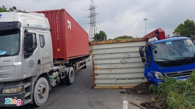 De nghi phat tai xe xe container khong khoa gu co dinh ro mooc hinh anh 1