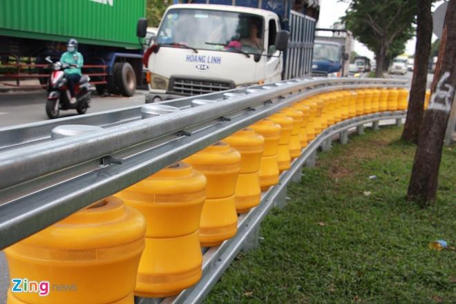 Hai dãy hộ lan bánh xoay chống lật xe đầu tiên ở Sài Gòn